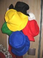 zes hoeden in verschillende kleuren