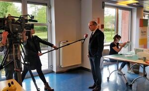 Minister Koen Geens bezorgt FERM Wijgmaal eerste filters voor zelfgestikt mondmasker