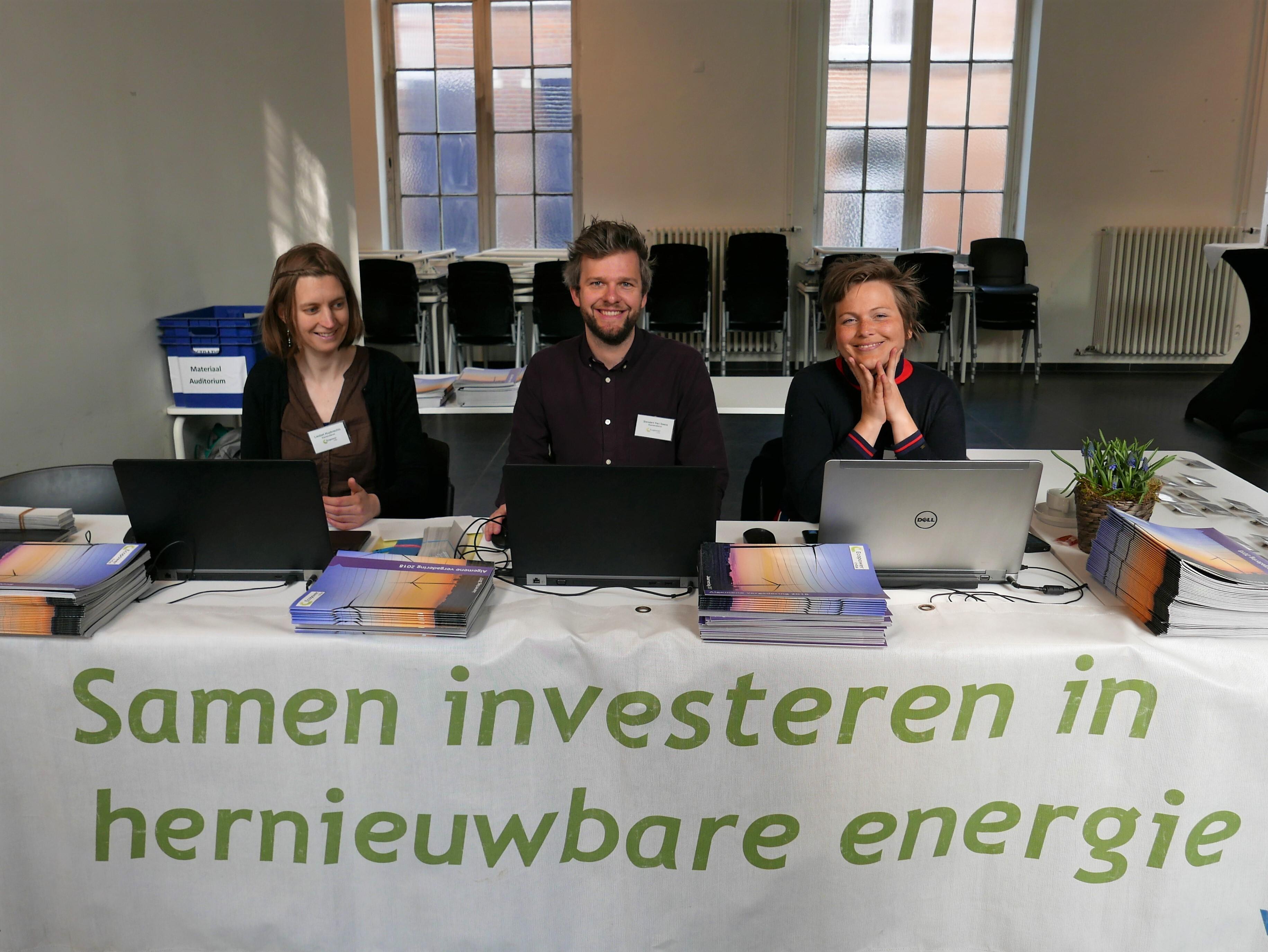 Medewerkers van Ecopower zitten klaar voor het onthaal en de registratie van onze coöperanten