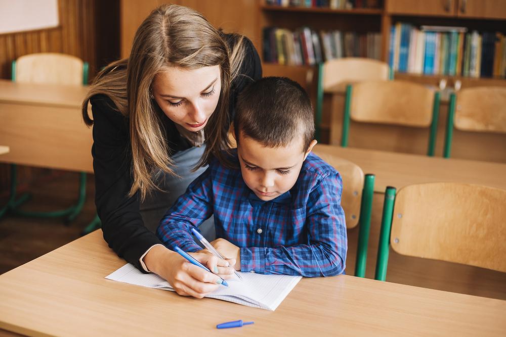 Lerares en jongen in klas