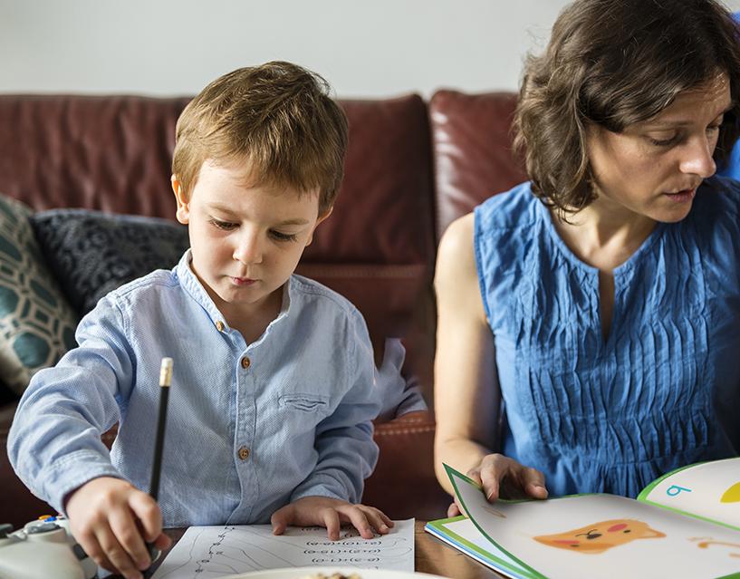 Vrouw en kind met huiswerk