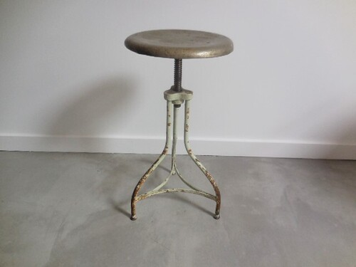 thumbnails bij product old industrial stool