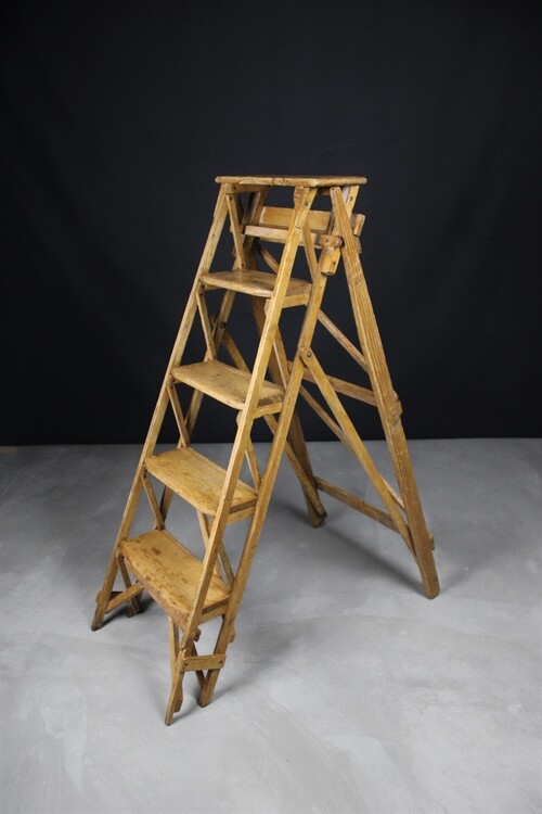 thumbnails bij product old wooden stepladder