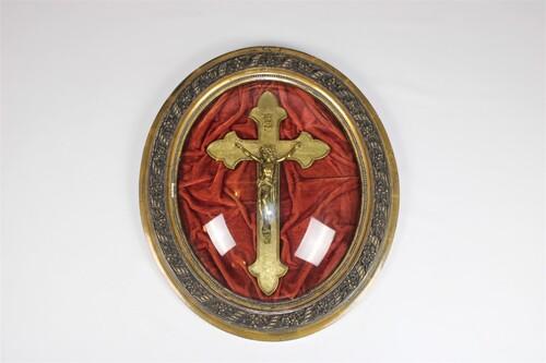 thumbnails bij product zeer oude crucifix achter een bol glas, 19de eeuw