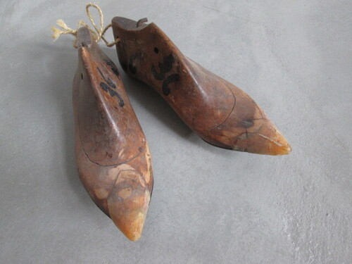 thumbnails bij product old wooden shoe-last for women