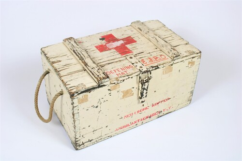 thumbnails bij product Old wooden first aid box