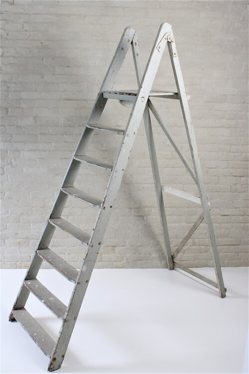 thumbnails bij product old grey stepladder