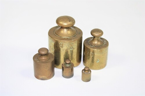 thumbnails bij product old copper weights in a wooden support