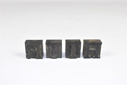 "thumbnails bij product Oude drukletters ""RUTH"""