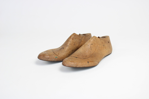 thumbnails bij product a pair of wooden shoe-lasts