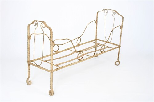 thumbnails bij product An old metal doll bed