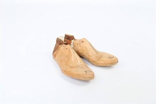thumbnails bij product Een paar oude houten schoenmallen, maat 36