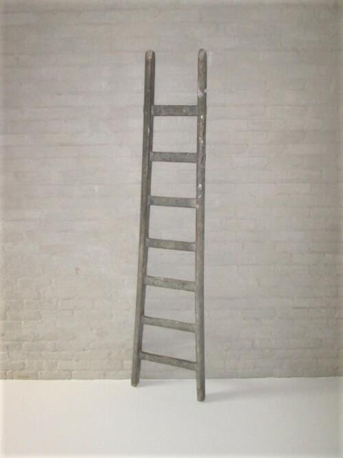 thumbnails bij product oude houten versmallende ladder