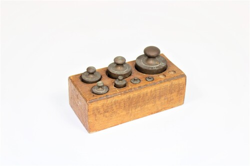 thumbnails bij product old weights in a wooden block