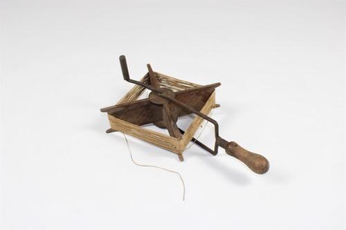 thumbnails bij product old wooden kite spool