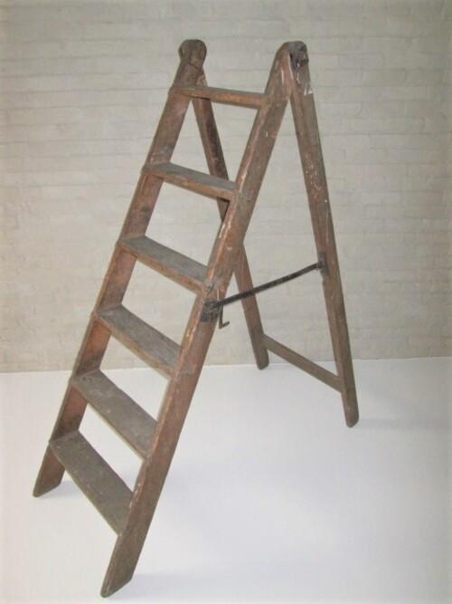 thumbnails bij product Stevige oude houten trapladder