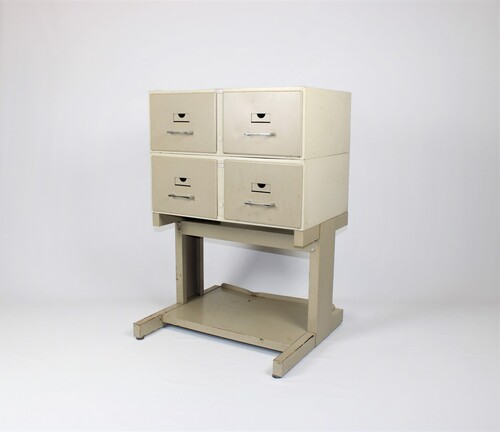 thumbnails bij product vintage chest of drawers, Mondial