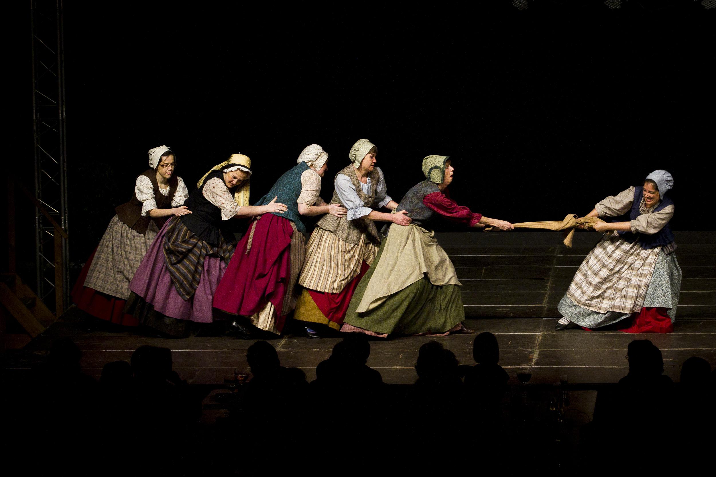 """Reuzegomvrouwen in actie tijdens de dans """"de broekvent""""."""