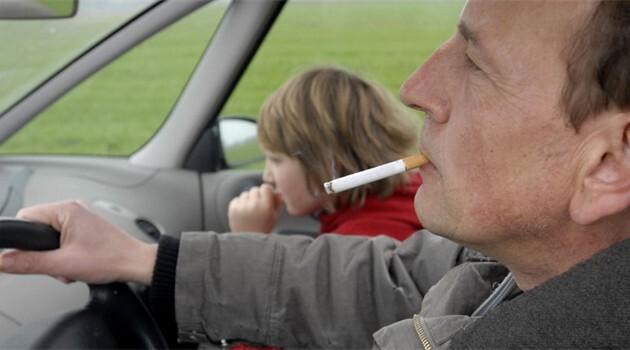 foto bij artikel Is roken in de auto zo gevaarlijk voor kinderen?